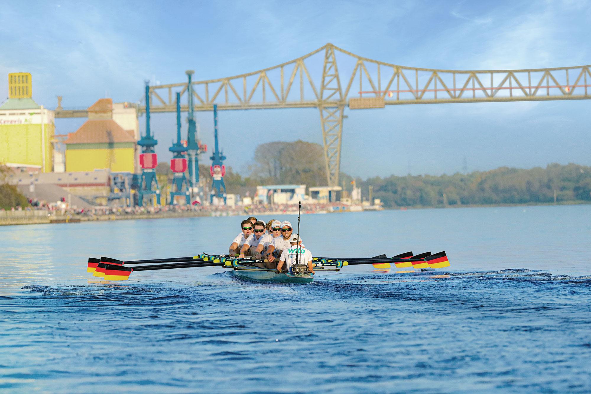 Der 20. Schleswig-Holstein Netz Cup findet statt. Bild zeigt Ruderachter vor der Rendsburger Hochbrücke